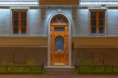 Windows и дверь на фасаде ночи жилого дома Стоковое Фото
