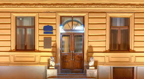 Windows и дверь на фасаде ночи офисного здания Стоковая Фотография