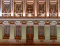 Windows и дверь на фасаде ночи офисного здания Стоковые Изображения RF
