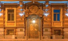 Windows и дверь на фасаде ночи офисного здания Стоковое фото RF