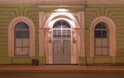 Windows и дверь на фасаде ночи офисного здания Стоковые Фото