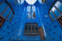 Windows и голубые плитки в nterior Касы Batllo Стоковые Фотографии RF