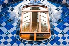 Windows и голубые плитки в nterior Касы Batllo Стоковое Фото