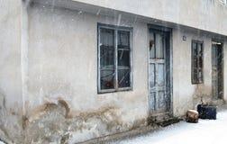 Windows и дверь на старом покинутом доме Стоковые Изображения