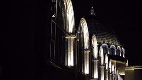 Фасад славного здания Windows и купол красиво освещены Nighttime сток-видео