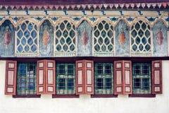 Windows и стена на фасаде старого дома Стоковые Фото