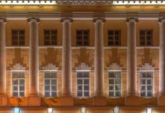 Windows и столбцы на фасаде ночи военно-морского училища Стоковые Фото