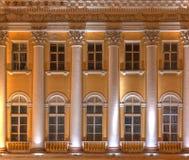 Windows и столбцы на фасаде ночи офисного здания Стоковое Фото