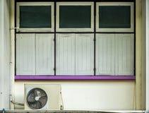 Windows на бежевой бетонной стене Стоковые Фото