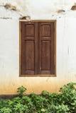 Windows на белой бетонной стене Стоковое Изображение RF