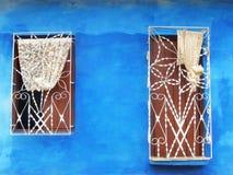 WINDOWS НА ГОЛУБОЙ СТЕНЕ, ТРИНИДАД, КУБА Стоковые Фотографии RF