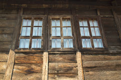 Windows на деревянном доме Стоковые Изображения