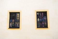 2 Windows на желтой стене с декоративными элементами металла Стоковое фото RF