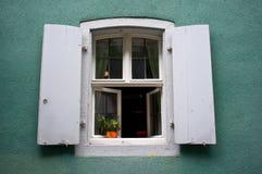 Windows на зеленом цвете Стоковая Фотография