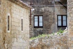 Windows на каменной стене Стоковые Изображения RF