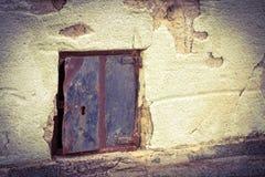 Windows на каменной стене Стоковая Фотография