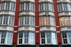 Windows на кирпичной стене старого дома Стоковое Изображение