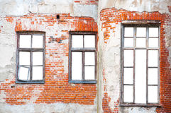 Windows на кирпичной стене с изолированной предпосылкой Стоковые Изображения RF
