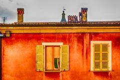 Windows на красной стене Стоковое Фото