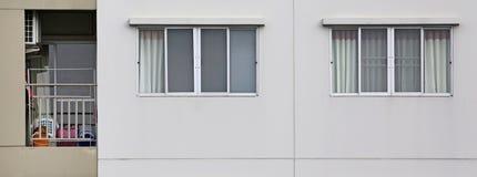 Windows на снаружи квартиры с малым балконом стоковые фотографии rf