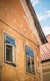 Windows на средневековом здании в Словении стоковое фото rf
