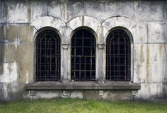 Windows на старой бетонной стене Предпосылка Grunge Стоковое Фото
