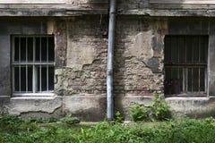 Windows на старой бетонной стене Предпосылка Grunge Стоковое Изображение RF