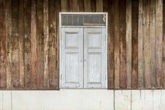 Windows на старой деревянной стене Стоковое Фото