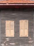 Windows на старой деревянной стене Стоковая Фотография