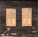 Windows на старой деревянной стене Стоковое Изображение RF