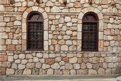 2 Windows на старой каменной стене Стоковые Фотографии RF