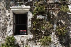 Windows на старой кирпичной стене и старой серой стене цемента с crac Стоковые Изображения RF
