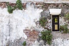 Windows на старой кирпичной стене и старой серой стене цемента с crac Стоковое Изображение RF