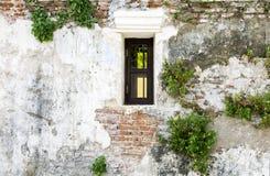 Windows на старой кирпичной стене и старой серой стене цемента с crac Стоковые Фото