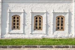 Windows на старой кирпичной стене Стоковые Фото