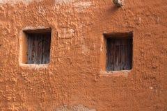 Windows на старой стене глины Стоковая Фотография