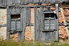 Windows на старой стене Стоковые Изображения RF