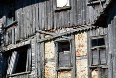 Windows на старой стене Стоковое Изображение