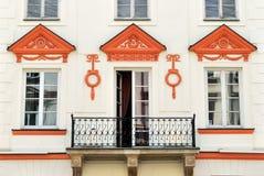 Windows на старой стильной стене фасада Стоковая Фотография