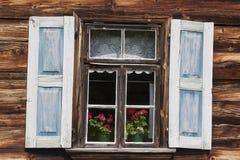 Windows на старом деревянном доме Стоковое Фото