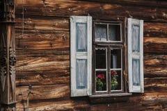 Windows на старом деревянном доме Стоковые Фото