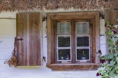 Windows на старом деревянном доме Стоковые Фотографии RF