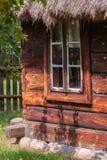 Windows на старом деревянном доме Стоковое Изображение