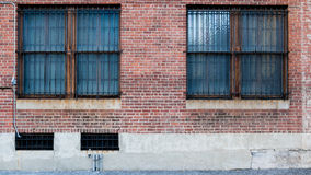 2 Windows на стене красного цвета кирпича Стоковые Фотографии RF