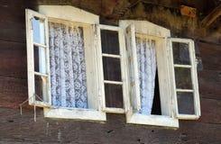Windows на типичном деревянном доме в деревне Krapje, Хорватии Стоковое Изображение RF
