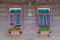 Windows на типичном деревянном доме в деревне Krapje, Хорватии Стоковые Фото