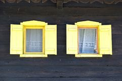 Windows на типичном деревянном доме в деревне Krapje, Хорватии Стоковые Фотографии RF