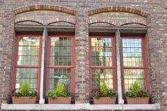 Windows на фасаде кирпича Стоковые Изображения