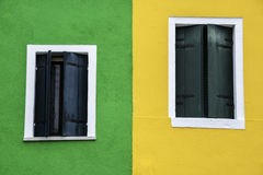 Windows одного из покрашенных домов в Burano Стоковая Фотография