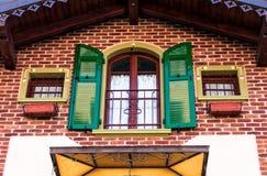 Windows дома кирпича Стоковое фото RF